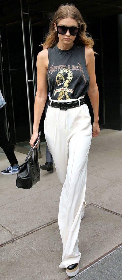 <p>Gigi Hadid abbina i pantaloni su misura con una tee rock per un mix edgy. </p>