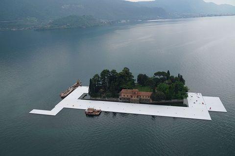 """<p>Il battello è il modo più romantico per visitare il <strong>ponte galleggiante di Christo</strong> sul <strong>lago d'Iseo</strong>: quello sì, è possibile prenotarlo, e i biglietti sono già andati a ruba da settimane. Per l'occasione Navigazione Lago d'Iseo (<em>floatingpiers.navigazionelagoiseo.it</em>) ha predisposto un servizio di linea integrato per raggiungere le località di Monte Isola interessate<span class=""""redactor-invisible-space""""> dall'opera.</span></p>"""