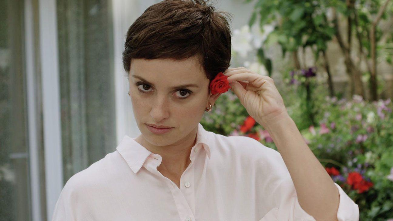 """<p>Una <a href=""""http://www.elle.com/it/spettacolo/film/interviste/a896/penelope-cruz-intervista-film-ma-ma/"""">Penelope Cruz</a> mai così brava è Magda, giovane madre di un ragazzino promessa del calcio. In una Spagna lanciata dalla crisi economica, lei nello stesso arco di tempo perde il lavoro, viene lasciata dal marito che se ne va di casa con una studentessa e fa la tremenda scoperta di avere un tumore al seno che ne richiede l'asportazione. Insomma, il pacchetto completo della sfiga, fin troppo, verrebbe da dire, se l'attrice non fosse così eccellente nel rendere il tutto assolutamente reale. In mezzo a tanto nero, tuttavia, una luce c'è: Magda, infatti, troverà sostegno nella lotta contro il suo male in Arturo, un ex calciatore, ora ricercatore di talenti.</p>"""