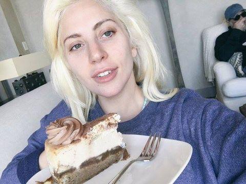 """<p>Stefani Germanotta, in arte Lady Gaga, già qualche anno fa ha stupito tutti con una virata drastica del proprio look, che dai chili di trucco a metà tra lo stile di Marylin Manson e quello dei manga giapponesi, è passato al nature. «Che io abbia quintali di roba sulla faccia- ha scritto la pop star su Facebook - o che non ne abbia un filo sono sempre la stessa persona.». Ecco allora accontentanti tutti quelli che si chiedevano come sarebbe mai stata senza cerone. Niente male davvero. <span class=""""redactor-invisible-space""""></span></p>"""