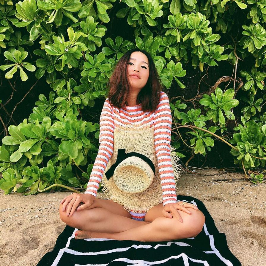 <p>Nicole Warne sceglie un cappello di paglia a cilindro con nastro nero.</p>
