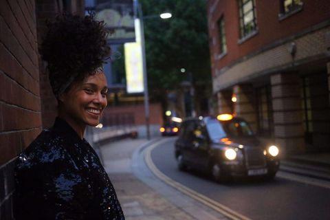 <p>La cantante di, tra le tante meravigliose hit pop-r&b, <em>Falling</em> ha deciso di farla finita, almeno per il momento, con il trucco . Il motivo è «non voler più nascondere la mia faccia, la mia mente, la mia anima, né i miei pensieri, i miei sogni, le mie lotte, non la mia crescita emotiva. Nulla più.». Alicia Keys si è finora sempre presentata <strong>senza </strong><strong>make-up</strong>: lo ha fatto per il live che ha aperto la finale di Champions League, lo ha fatto negli studi di Radio Deejay e in quelli di Che tempo che fa. Dove ha aggiunto che fare foto, video e interviste con la<strong> faccia pulita</strong> «è la cosa più forte, più potente, più libera e onestamente bella che io abbia mai fatto.».</p>