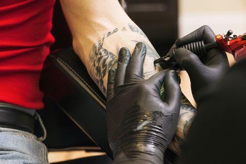 """<p>I <a href=""""http://www.elle.com/it/idee/trend/news/g833/tatuatori-famosi-italiani/"""">tatuatori sono tantissimi</a>, e ce ne sono tanti molto bravi, ognuno specializzato in uno stile particolare. Per scegliere quello che fa al caso tuo una volta che hai deciso il soggetto sfoglia, di persona negli studi o sui profili internet e social, i disegni già realizzati. Così saprai cosa aspettarti e capirai se l'artista è quello giusto per il lavoro che hai in mente. In ogni caso scegli con coscienza uno studio che ti garantisca prima di tutto il massimo della sicurezza a livello sanitario, per evitare pericolosi problemi di salute. Non farti spaventare dalle lunghe liste di attesa (anche un anno!) per farti tatuare da alcuni tra i migliori tattoo artist sulla piazza: i mesi passano in fretta e avrai tempo per pensare ai dettagli del tuo tatuaggio!<br/></p>"""