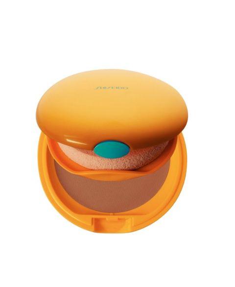 <p>Ha una consistenza cremosa che si stende facilmente e aderisce bene alla pelle Tanning Compact Spf 6 di Shiseido: dona un colorito abbronzato luminoso e naturale, mentre mantiene la pelle fresca e idratata, proteggendola dalla desquamazione. È disponibile in 3 tonalità (36 euro).</p>
