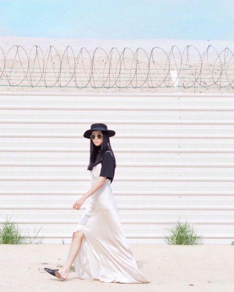 <p>Per Yoyo Cao cappello nero indossato con un abito sottoveste.</p>