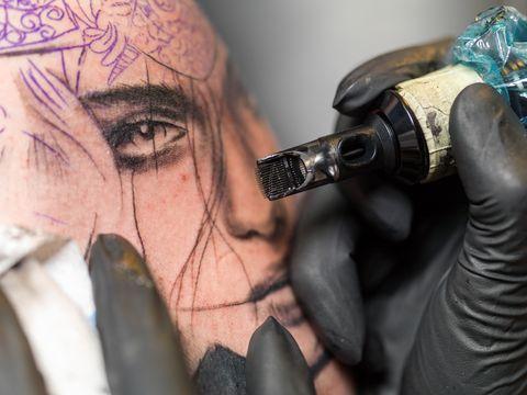 <p>Non esiste un prezzo fisso per i tatuaggi: in alcune occasioni speciali (ricorrenze, oppure le convention) è possibile scegliere un disegno a costo fisso, mentre nella maggior parte dei casi, per i tatuaggi su misura, ci sono una serie di variabili che determinano il costo. Bisogna considerare prima di tutto le ore di lavoro, e quindi il costo orario del tatuatore, e il numero delle sedute. Prima di fare un tatuaggio molto grande il consiglio è quello di chiedere sempre un preventivo di spesa.</p>