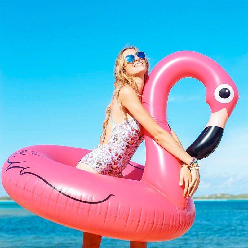 <p>Se in acqua hai bisogno di sentirti al sicuro, niente di meglio del fenicottero rosa gigante in versione ciambella.</p>