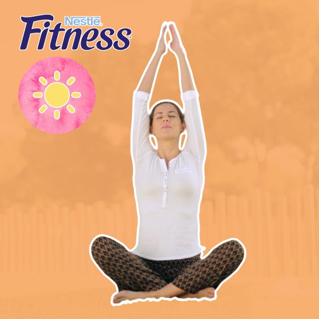 <p>Prima di tutto devi imparare a respirare correttamente. Siediti a terra con le gambe incrociate e la schiena dritta. Solleva e abbassa le braccia inspirando ed espirando lentamente, senza dimenticare di mantenere gli addominali sempre ben tesi, e apri i polmoni più che puoi!</p>