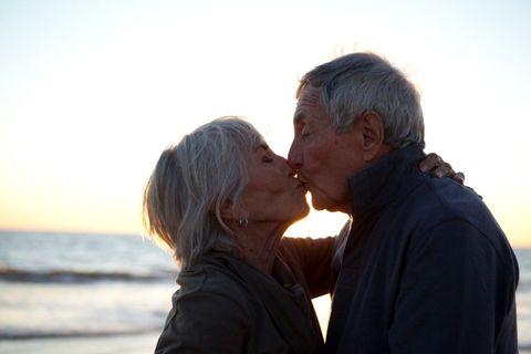 <p>Si può dire che il bacio allunga la vita, perchè abbassa la pressione sanguigna. Tutto perchè mentre ci baciamo i vasi sanguigni si dilatano e il sangue scorre meglio in tutto il corpo, per cui - ormai è una certezza - il bacio fa bene a tutte le età!</p>