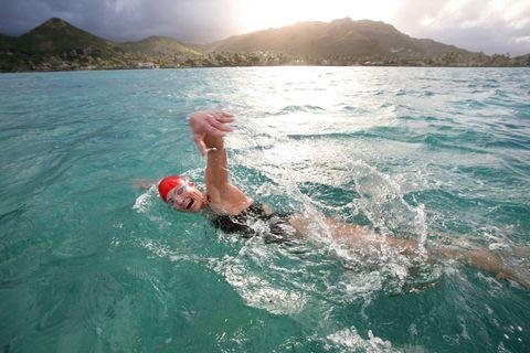 <p>Per chi nuota abitualmente in piscina, il training può essere invece così: 10 minuti di corsa blanda sul lungomare per preparare il corpo all'attività fisica, 5 minuti di mobilità articolare (circonduzioni braccia, torsioni del busto, rotazioni delle anche e delle caviglie) e infine<strong> nuoto di fondo, </strong>inserendo eventualmente variazioni di ritmo o di stile. Si conclude sempre con 10 minuti di stretching.</p>