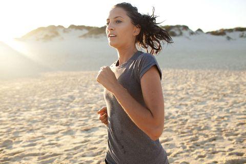 <p>Cosa c'è di meglio di <strong>correre in riva la mare</strong>? L'ideale è al mattino, almeno un'ora dopo avere fatto colazione. Se sei più allenata puoi anche provare a digiuno: la corsa a stomaco vuoto è vantaggiosa da un punto di vista metabolico perché la scarsità di carboidrati obbliga l'organismo a utilizzare gli acidi grassi per la produzione di energia. Si comincia con sedute di 30 minuti per arrivare gradualmente a 1 ora o più, con un ritmo inizialmente tranquillo e poi crescente, visto che anche il corpo ha bisogno di tempo per svegliarsi.</p>