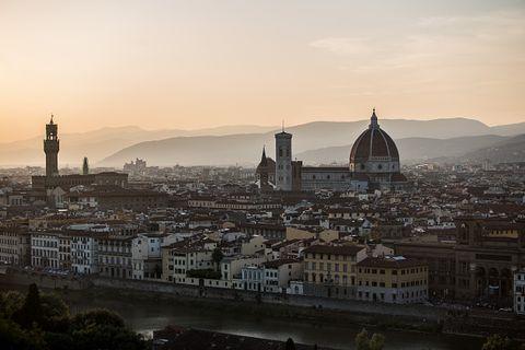 <p>Seconda classificata l'<strong>Italia</strong>, apprezzata in particolare per le sue città romantiche, per il calore dei suoi abitanti e per l'atmosfera conviviale. Insomma, nel Bel Paese risulta più facile invitare fuori a cena chi ci piace parecchio.</p>
