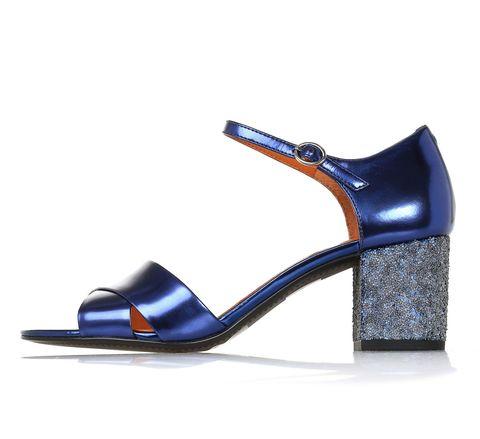 <p>Bando ai tacchi a spillo, l'importante è che i tuoi sandali brillino come un cielo stellato nella notte di San Lorenzo. I più trendy? Quelli con cinturino alla caviglia e tacco chunky con micro paillettes di What For.</p>