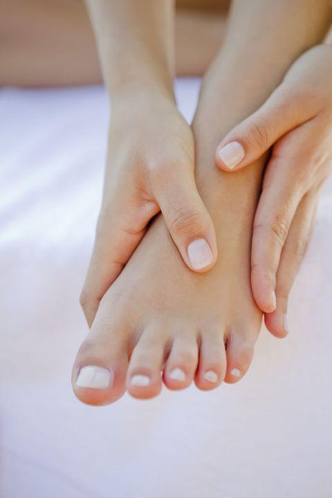 <p>Quando la stanchezza è dovuta a un lavoro mentale l'origine la definiamo energetica. In questi casi il massaggio si esegue dorsalmente con la tecnica del 'battito d'ali' fatta di sfioramenti leggeri che seguono la direzione dei meridiani dell'agopuntura: l'alluce va massaggiato dalla parte alta verso il collo del piede, le restanti aree dal collo del piede verso le dita. Attraverso questo movimento si ottiene una differenza di potenzialità elettrica, dall'alto verso il basso, ovvero si svuotano i pieni e si riempiono i vuoti. Dai piedi, che traggono immediato beneficio, il benessere si irradia a tutto il corpo e alla mente.</p>