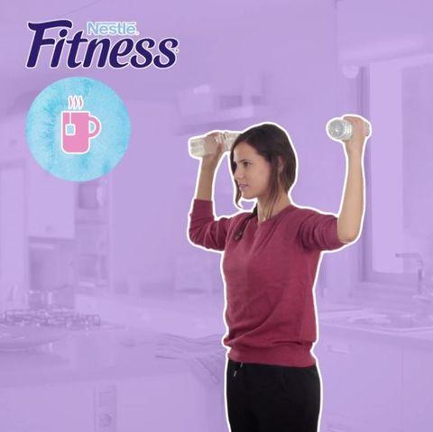 <p>Per allenare i tricipiti in modo semplice e veloce, ti basterà prendere due bottiglie d'acqua da mezzo litro l'una. Rimanendo in piedi con la schiena eretta alza e abbassa le braccia non facendo mai scendere i gomiti al di sotto dell'altezza delle spalle.</p>