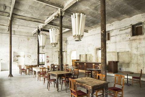 <p>Milano Bovisa, periferia nord-ovest: l'interno delle ex Cristallerie Livellara, capolavoro art déco del 1935, ora locale dove si balla swing (anche all'aperto) e ristorante con un nuovo nome: Spirit de Milan.</p>