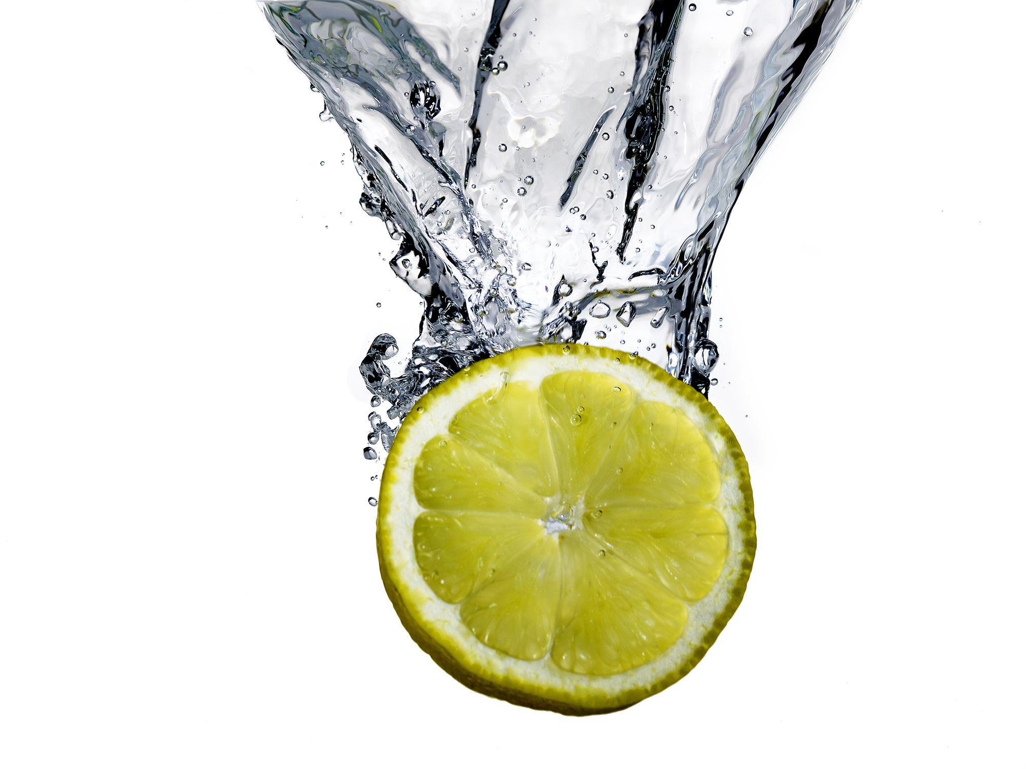 <p>Appena sveglie depuratevi e mettete in moto il metabolismo con mezzo limone (o almeno qualche goccia) spremuto in un bicchiere d'acqua tiepida. «Il limone, contrariamente a quanto si pensa, non è acidificante, al contrario: nel corpo l'acido citrico si trasforma in citrato, un composto basico che aiuta a riequilibare il pH dell'organismo, spesso troppo acido e di conseguenza terreno fertile per l'insorgenza di infiammazioni e patologie, tra le quali la cellulite», afferma il <em>dottor Garzia, direttore sanitario</em> delle Terme di Sant'Agnese a Bagno di Romagna.</p>