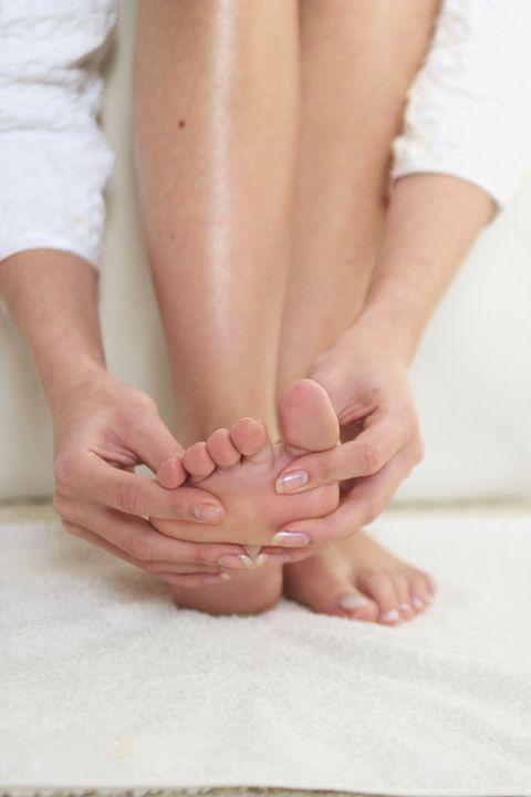 <p>Trascorrere gran parte della giornata seduti può generare stanchezza, in particolare nella parte bassa della schiena e nella zona dell'inguine, e può ostacolare la circolazione degli arti inferiori, piedi compresi. L'ideale in questo caso è massaggiare energicamente il collo del piede arrivando ai malleoli e la zona posteriore del calcagno in corrispondenza del tendine d'Achille per sgonfiare e rilassare.</p><p>Con la consulenza del riflessologo taoista <em>Laozu Baldassarre</em>, Direttore dello Zu Center (Centro Specialistico per lo studio e l'applicazione della riflessologia del Piede).<br></p>