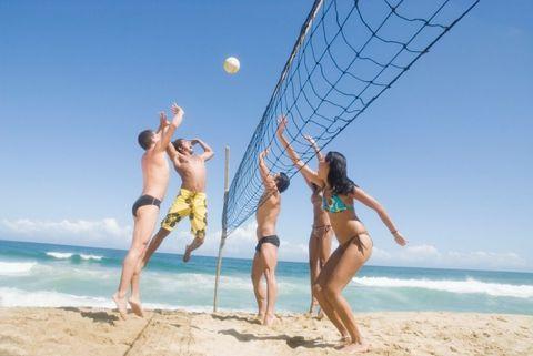<p>Grazie alla sabbia, spiega la dottoressa Di Stefano, il beach volley è davvero molto utile per migliorare la tonicità muscolare, che raddoppia persino. Rispetto ad una classica partita a pallavolo sul campo - per così dire, regolamentare - infatti giocare in spiaggia o su un campo attrezzato è sì più difficile, ma in mezz'ora si consumano più di 500 calorie.</p>