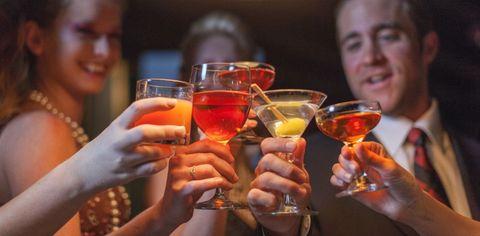 <p>La ricetta dello spritz è molto semplice, ne esistono due versioni: la prima, quella dell'International Bartenders Association, prevede l'uso di <strong></strong>6 cl di <strong>prosecco</strong>, 4 cl di Aperol e una spruzzata di seltz. Invece la ricetta tradizionale veneziana si prepara unendo <strong></strong>1/3 di vino bianco frizzante, 1/3 di bitter, e 1/3 di acqua frizzante. Basta versare i primi due ingredienti in un bicchiere con un po' di ghiaccio, unire il tutto, completare con l'aggiunta di acqua frizzante/soda/seltz e il tuo spritz è pronto. Ok, questa è la ricetta, ma...se ti stai chiedendo quante calorie contiene uno spritz, sappi che in un bicchiere di aperitivo a base di Aperol ne troverai 90.</p>