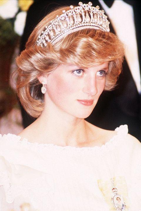 <p>L'amata Principessa del Galles, chiamata anche Principessa del Popolo, era tanto icona della moda quanto modello di impegno umanitario.</p>