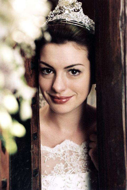 <p>Anne Hathaway interpreta Mia Thermopilis, goffa adolescente erede al trono di Genovia. I film <em>Pretty Princess</em> e<em> Principe azzurro cercasi</em> sono tratti dalla serie di libri <em>The Princess Diaries</em> di Meg Cabot.</p>