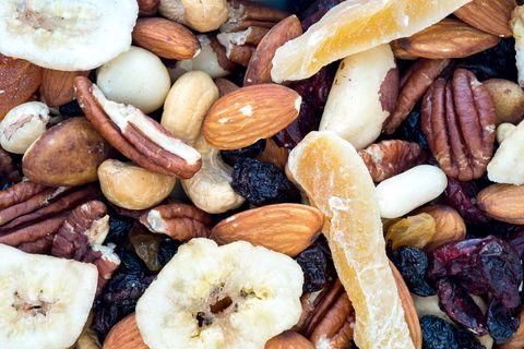 <p>La frutta secca non deve mai mancare in casa: è infatti un ottimo spuntino, sia a metà mattina che a metà pomeriggio, e puoi mangiarla anche a colazione. Un suggerimento: per iniziare bene la giornata unisci un cucchiaio di mandorle a pezzetti ad una tazza di yogurt greco, e aggiungi una mela verde tagliata a cubetti. Mischia il tutto e buon appetito!</p>