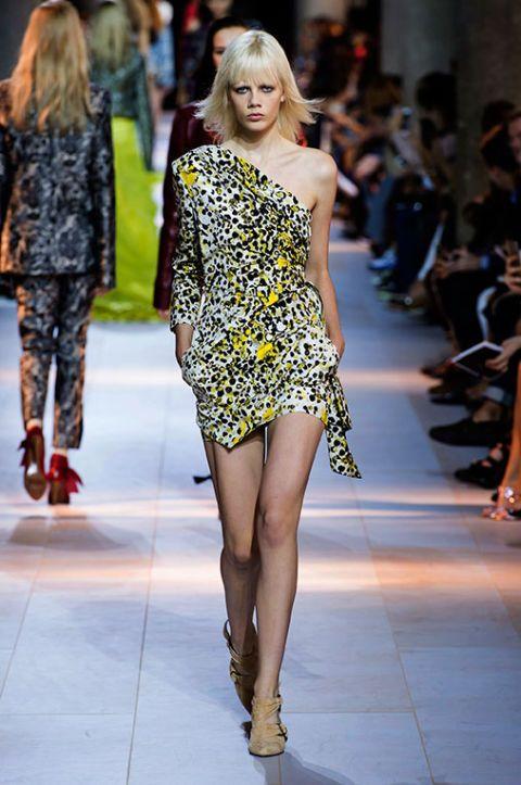 <p>Un vestito asimmetrico per essere una Jane contemporanea.</p>