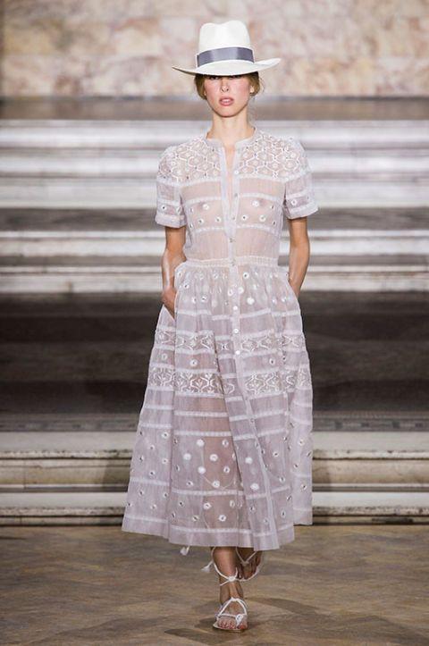 <p>Ispirazioni coloniali per questo abito fatto di ricami e trasparenze.</p>