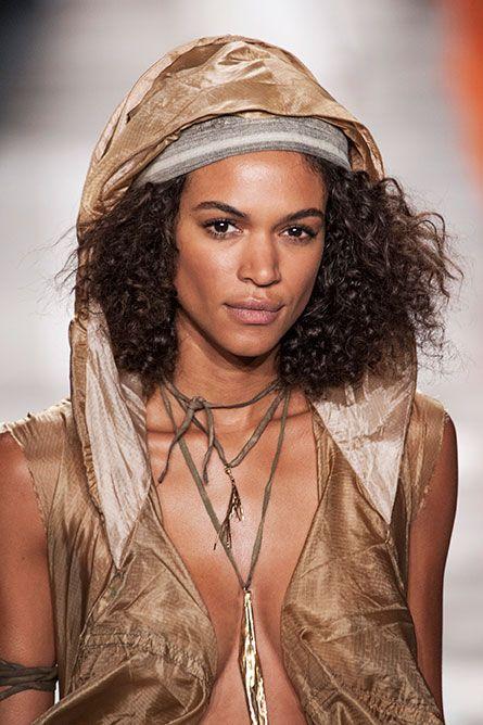 <p>Cappuccio, capelli voluminosi e amuleto: lo stile è da esploratrice sexy.</p>