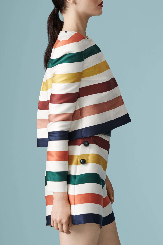 <p>Le sfilate Resort 2017 impongono le righe ma solo se colorate!</p><p>Nella foto: Carolina Herrera</p>