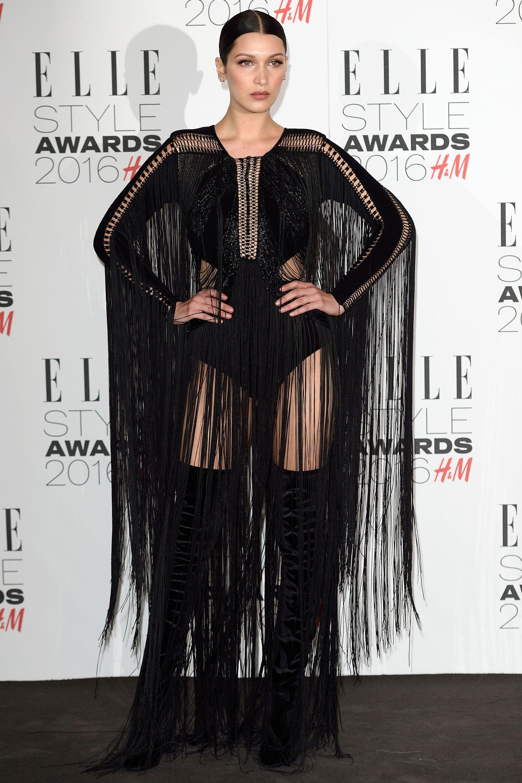 <p>Bella Hadid spessa sceglie mises che esaltano la sua silhouette, ma a volte preferisce anche un abito dall'effetto drama - e frange. </p>