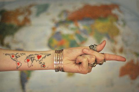 <p>Chi è nato sotto il segno dell'Ariete è portato all'azione, essendo di carattere energico, impulsivo e generalmente entusiasta della vita. È quel tipo di persona che ti propone di preparare i bagagli per partire il giorno dopo, oppure la sera stessa, quindi il tatuaggio perfetto può essere legato al tema dei <strong>viaggi</strong>.</p>