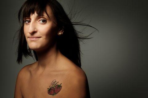 """<p>Se ami fare scorpacciate di questo frutto che solo a guardarlo ti ricorda l'estate, un <a href=""""http://www.elle.com/it/idee/trend/a902/tatuaggi-giapponesi-scopri-significato/"""">tatuaggio</a> a forma di fragola è quello che fa al caso tuo.</p>"""