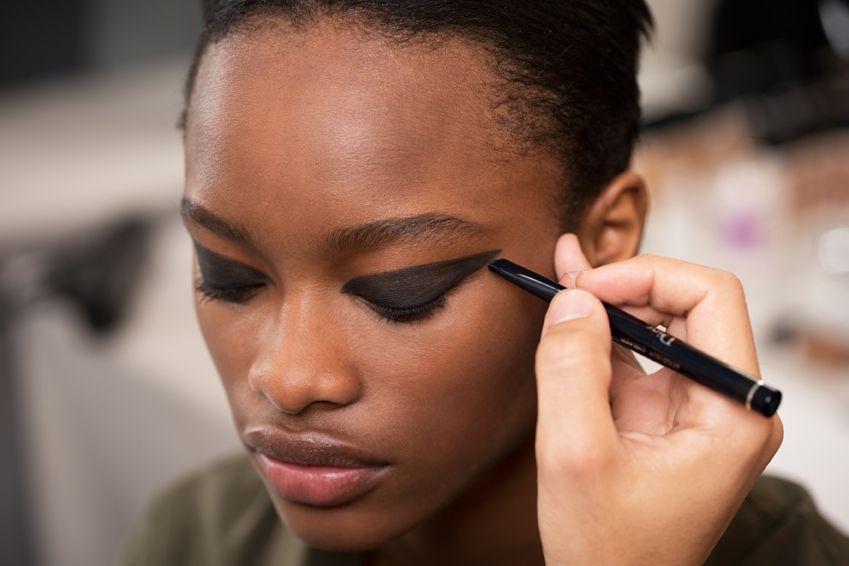 <p>Da <strong>Dior</strong>, le matite e gli eyeliner disegnano linee piene e infinite. Giochi geometrici per esaltare lo sguardo. Un make up perfetto per la sera, come accessorio moda. Si crea, disegnando un triangolo da riempire con un pigmento carbone opaco.</p>