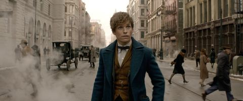 """<p>Dalla mente geniale di JK Rowling, creatrice di Harry Potter, ecco <a href=""""http://www.warnerbros.it/speciali/animalifantasticiedovetrovarli/"""" target=""""_blank""""><em>Animali fantastici e dove trovarli</em></a>. Lo spin-off della sopra citata saga del laghetto occhialuto narra le avventure di Newt Scamander, interpretato da <a href=""""http://www.gioia.it/magazine/personaggi/a987/eddie-redmayne-papa-di-una-bambina/"""">Eddie Redmayne</a>, magizoologo che dopo un lungo peregrinare in giro per il mondo decide di fermarsi nella New York degli anni 20. Lì, però, per sua sfortuna, gli sfuggiranno dalla magica valigia proprio alcuni dei suoi Animali Fantastici che daranno vita a parecchi pasticci. Nel cast anche Colin Farrell e Jon Voight per la pellicola fantasy più attesa dell'anno e in uscita il 17 novembre. </p>"""
