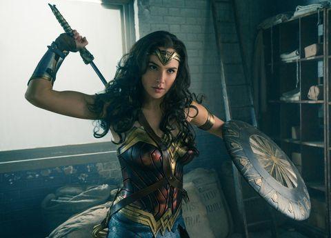 """<p>Ci sarà da aspettare parecchio, un anno suppergiù, per poter valutare se la certamente bellissima <a href=""""http://www.gioia.it/bellezza/make-up/how-to/a1286/gal-gadot-idee-bellezza-trucco-estate/"""">Gal Godot</a> sarà stata all'altezza del non facile ruolo di Wonder Woman, tra i più amati personaggi della Marvel. Nel <a href=""""https://www.youtube.com/watch?v=5lGoQhFb4NM"""" target=""""_blank"""">trailer</a> mostrato al Comic-Con di San Diego la modella israeliana sembra cavarsela con spade e cavalcate nella foresta, ma gli esigentissimi fan della super eroina hanno già sollevata non poche proteste, come si legge nei commenti alle prime immagini della pellicola, che uscirà il 2 giugno 2017 nella sale americane mentre per quanto riguarda l'Europa la data è ancora da fissare.</p>"""