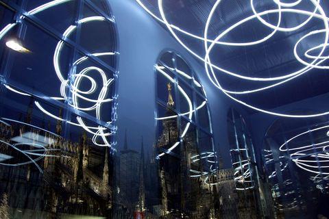 <p>Una volta all'interno del Museo del Novecento di Milano, nel cuore di Piazza Duomo, sarà <em>Il quarto stato</em>, il capolavoro di Pellizza da Volpedo, ad accoglierti. Il museo infatti custodisce alcune tra le più belle opere di artisti del calibro di Pablo Picasso, Georges Braque, Paul Klee, Vasilij Kandinskij e Amedeo Modigliani, e poi i Futuristi, Alberto Burri, Lucio Fontana e tanti altri ancora. Per ammirarle puoi approfittare dell'apertura serale fino alle 22.30 ogni giovedì e sabato (non solo in estate, ma durante tutto l'anno).</p>