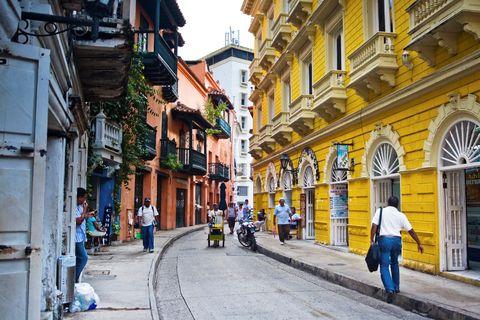 <p>La zona più antica di Cartagena, in Colombia, circondata dalle mura, è diventata famosa per le decorazioni giallo, arancio, rosso e rosa degli edifici coloniali, caratterizzati da ampi balconi e verande verde smeraldo. Se sarà questa la meta delle tue vacanze devi assolutamente fare un salto in una delle tante sale da ballo, per lasciarti travolgere dalla variopinta musica caraibica suonata dal vivo.</p>