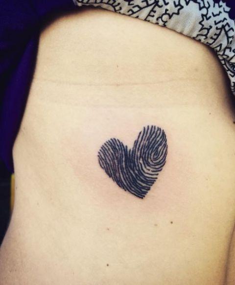 <p>Sulle cose importanti è meglio metterci una mano sopra, anzi un dito, anzi...un impronta digitale. Un'idea alternativa se non vuoi tatuarti il nome del partner o della partner (porta sfortuna!).</p>