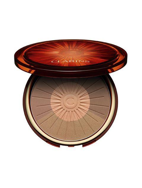 <p>Un blush albicocca e un'oro iridescente s'incontrano con due nuance mat nella Poudre Soleil & Blush di Clarins, modulabili a piacere per un incarnato luminoso. </p>