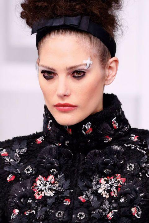 <p>Un cerottino messo ad arte da <strong>Chanel</strong> per mettere in risalto l'occhio nero con effetto delavé. Un ombretto sfumato di forma triangolare nella palpebra inferiore è il dettaglio imperdibile.</p>