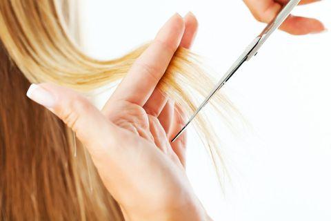 """<p>«Da sempre, chi vuole tenere i <a href=""""http://www.gioia.it/bellezza/capelli/news/g283/tagli-capelli-lunghi-acconciature-trend-primavera-estate-2016-hairstylist-evos-framesi-jean-louis-david-compagnia-della-bellezza-cotril/"""">capelli lunghi</a> o medio-lunghi, ha paura della spuntatina. Ed è pur vero che i capelli mossi o ricci sembrano più lunghi quando si tagliano da bagnati, perché l'acqua li appesantisce e li tira verso il basso. In questi casi, prima di bagnare i capelli, è buona regola informare il parrucchiere sul tipo di styling che si desidera: naturale, liscio, mosso o riccio. Bisogna anche valutare se la cliente ama cambiare look, ad esempio passare da effetti naturali a pieghe più elaborate. Sta poi al parrucchiere decidere se tagliare i capelli da asciutti o da bagnati».</p>"""