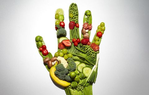 """<p>La prima cosa da fare in caso di <strong>pressione bassa</strong> è curare l'<strong>alimentazione</strong>: mangia poco e spesso e preferisci pasti a basa di cereali integrali, proteine e vitamine. Sicuramente anche consumare molta frutta e verdura (specialmente quella più ricca di <a href=""""http://www.elle.com/it/benessere/salute/how-to/a478/potassio-in-quali-alimenti-si-trova/"""">potassio</a> e <a href=""""http://www.elle.com/it/benessere/salute/g1017/magnesio-benefici-proprieta-alimenti/"""">magnesio</a>) aiuta a contrastare gli effetti della <strong>pressione bassa</strong> nei periodi in cui sei più stanca e stressata.</p>"""
