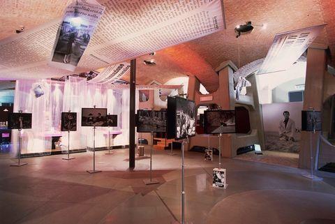 <p>Il Museo del Cinema di Torino, ospitato all'interno della Mole Antonelliana, è una delle mete imperdibili per un sabato sera speciale: la chiusura infatti è prevista durante tutto l'anno alle 23. Presso il polo espositivo non sarà solo possibile ripercorrere la storia del cinema, ma fino al 29 agosto 2016 si potrà visitare la mostra <em>HECHO EN CUBA. Il cinema nella grafica cubana. Manifesti dalla collezione Bardellotto.</em></p>
