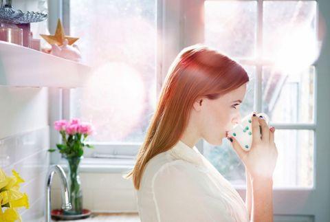 """<p>Un aiuto ti può arrivare anche da bevande che contengono sostanze eccitanti, come caffè, <a href=""""http://www.elle.com/it/benessere/salute/news/g546/the-verde-proprieta-usi-bellezza-cucina/"""">tè</a>, ma anche ginseng e guaranà. Ma non dimenticarti di bere acqua durante tutto l'arco della giornata: anche la disidratazione può far abbassare la pressione (un consiglio da tenere in mente soprattutto quando fai sport)!</p>"""