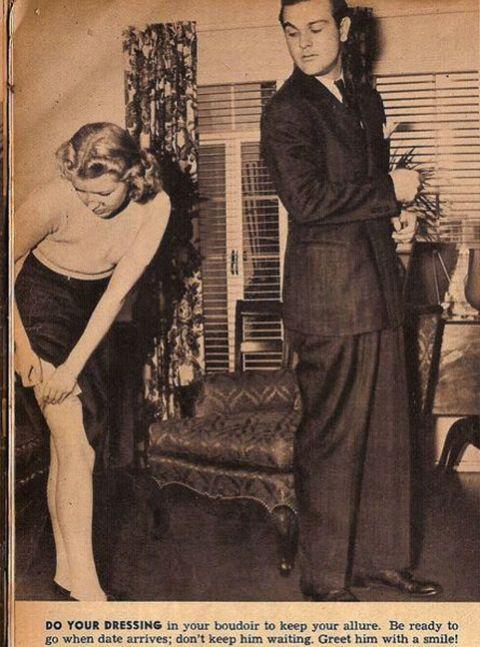 <p>Una guida pubblicata su una rivista del 1938 offre alcuni consigli alle donne in vista di un appuntamento galante: «Vestitevi nel boudoir per mantenere il vostro fascino. Siate pronte in orario; non fatelo aspettare. Salutatelo con un sorriso!»</p>