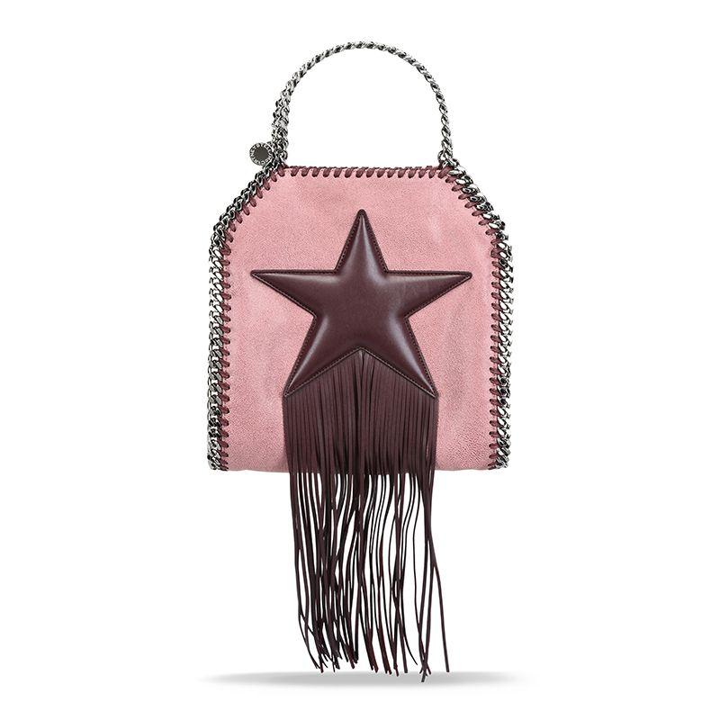 """<p>Falabella pink con maxi stella di <a href=""""http://www.gioia.it/moda/borse/news/g307/borse-con-frange-a-tracolla-a-secchiello-a-bauletto-primavera-estate-2016/"""">frange</a> burgundy, <strong>Stella McCartney.</strong></p>"""