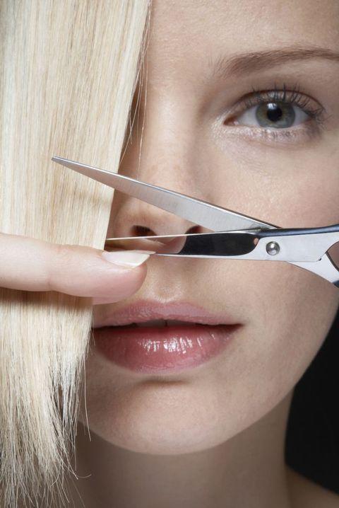 """<p>«In generale, qualsiasi tipo di capello tende a essere leggermente più fragile da bagnato perché l'acqua rende le lunghezze più elastiche e l'elasticità crea un effetto molla mentre si pettinano. Risultato: tendono a spezzarsi, soprattutto se sono fragili per natura. Per quel che riguarda il taglio su capelli bagnati o asciutti, però, è irrilevante. L'unico accorgimento che deve avere il parrucchiere è di spazzolare i capelli fragili prima dello shampoo così, se ci sono dei nodi, si possono districare senza danneggiarli». Una buona soluzione per non stressare i capelli sottili è di lavarli ogni tanto con la tecnica del <a href=""""http://www.gioia.it/bellezza/capelli/news/a437/come-lavare-i-capelli-con-il-cowash-con-consigli-hair-stylist-celebrities/"""">co-wash</a> o con lo <a href=""""http://www.gioia.it/bellezza/capelli/interviste/a248/shampoo-a-secco-perche-sceglierlo-intervista-jamal-hammadi-hairstylist-star/"""">shampoo secco</a>.</p>"""