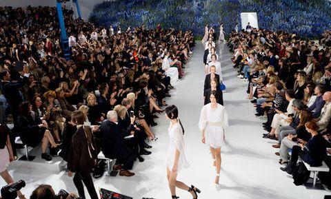 """<p>Il designer belga, nel 2012, dice addio a Jil Sander per la maison <strong>Christian Dior</strong>: un onore all'inizio, un onere poi. Per quanto Simons sia in grado di rendere contemporanea l'immagine della griffe, subisce la pressione dovuta alla creazione di sei collezioni l'anno (nel 2014, infatti, aveva deciso di dividere il proprio team creativo in due, così da poter alternare le risorse). Nonostante questo passo sia grande aiuto, non è comunque abbastanza: il dover portare sempre idee fresche e nuove, con una scadenza così serrata, per Raf Simons continua a essere un problema. E a ottobre 2015 lascia l'incarico, dopo soli due anni: la collezione primavera estate 2016 è l'ultima che disegna per Dior (nella foto, la chiusura della sfilata). Quello tra Dior e Simons è l'ennesimo <a href=""""http://www.gioia.it/moda/news/a364/saint-laurent-hedi-slimane-lascia/"""">sodalizio creativo a scoppiare</a> nel mondo della moda. La maison è ora sotto la <a href=""""http://www.gioia.it/moda/abbigliamento/news/a1035/maria-grazia-chiuri-verso-direzione-creativa-dior/"""">guida creativa di Maria Grazia Chiuri</a>, ex Valentino. </p>"""